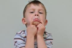 Ledsen vänd mot pojke Arkivfoto