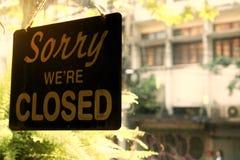 Ledset är vi stängda undertecknar in restaurangen eller shoppar royaltyfri fotografi