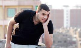 Ledset arabiskt ungt tänka för affärsman Arkivbild