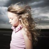 Ledset barn nära vägen Arkivfoton