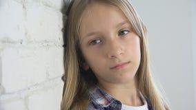 Ledset barn, olycklig unge, sjuk dåligt flicka i fördjupning, stressad fundersam person arkivbilder