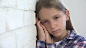 Ledset barn, olycklig unge, sjuk d?ligt flicka i f?rdjupning, stressad fundersam person stock video