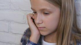 Ledset barn, olycklig unge, sjuk d?ligt flicka i f?rdjupning, stressad fundersam person arkivfilmer