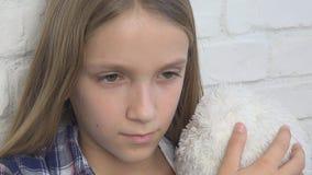 Ledset barn, olycklig unge, sjuk d?ligt flicka i f?rdjupning, stressad fundersam person lager videofilmer