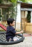 Ledset barn på gunga Royaltyfria Foton