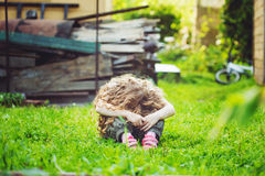 Ledset barn på utomhus Arkivfoton