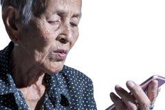Ledset deprimerat för ensam hög kvinnastående, sinnesrörelse, känslor, fundersam, hög gammal kvinna, väntan, dystert som är bekym Arkivfoto