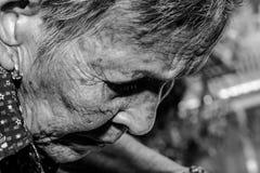 Ledset deprimerat för ensam hög kvinnastående, sinnesrörelse, känslor, fundersam, hög gammal kvinna, väntan, dystert som är bekym Arkivbild