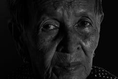 Ledset deprimerat för ensam hög kvinnastående, sinnesrörelse, känslor, fundersam, hög gammal kvinna, väntan, dystert som är bekym Arkivbilder