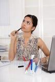 Ledset, eftertänksamt och drömma sammanträde för ung kvinna i kontoret royaltyfri fotografi