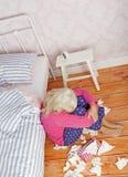 Ledset kvinnasammanträde mot säng Fotografering för Bildbyråer
