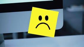 Ledset leende Ledsen framsida som målas på en klistermärke på bildskärmen stock illustrationer