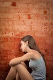 Ledset och ensamt sammanträde för tonårs- flicka på golvet Royaltyfria Foton