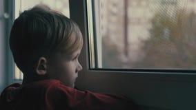 Ledset och ensamt se för barn till och med fönster Barnet är deprimerat lager videofilmer