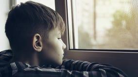 Ledset och ensamt se för tonåring till och med fönster Tonåringen är deprimerad lager videofilmer