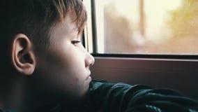 Ledset och ensamt se för tonåring till och med fönster Tonåringen är deprimerad stock video