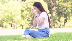 Ledset och skrik av den asiatiska kvinnan stock video