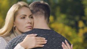Ledset omfamna för par som goodbying, innan att sära, militärtjänstutkast, avsked stock video