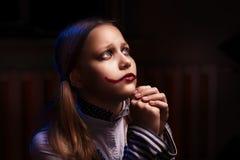 Ledset tonårigt be för flicka Arkivfoto