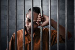 Ledset uttryck för man i fängelse royaltyfri fotografi
