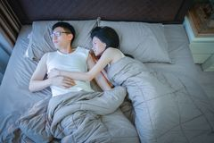 Ledsna asiatiska par inte älskar varje och att tänka om problem i relat Arkivfoto