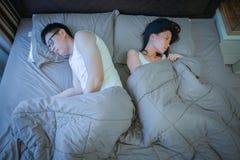 Ledsna asiatiska par inte älskar varje och att tänka om problem i relat Royaltyfri Bild
