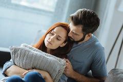 Ledsna olyckliga par som tillsammans sitter Arkivfoton