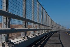 Ledstång för hög metall längs en tom huvudväg Arkivbild