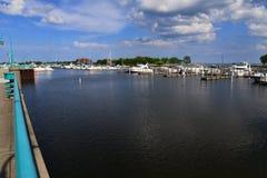 Ledstång längs hamnen av Racine Wisconsin arkivbild