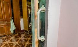 Ledstångaktivering på dörren arkivfoton