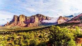 Lee Mountain y montaña de Munds cerca de la ciudad de Sedona en Arizona septentrional fotografía de archivo