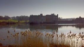 Leeds Castle är en berömd gränsmärke i England stock video