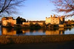 Leeds Castle ha riflesso in suo fossato immagini stock