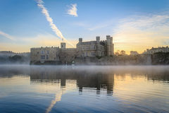 Leeds Castle, Kent, Inglaterra, en el amanecer Imagen de archivo libre de regalías