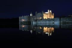 Leeds Castle, Kent, na noite imagens de stock royalty free
