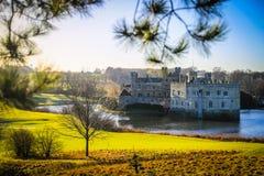 Leeds Castle och vallgrav, Kent, England royaltyfria foton