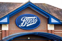 LEEDS, Regno Unito - 11 febbraio 2016 stivali che il chimico Sign sopra l'entrata agli stivali immagazzina a Leeds Immagini Stock