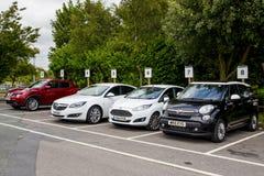 LEEDS UK - 20 AUGUSTI 2015 Parkerat i rad klart för hyra bilar för hyra Arkivfoton