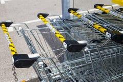 LEEDS UK - 20 AUGUSTI 2015 Rad av den Netto supermarket som shoppar tr Arkivfoton