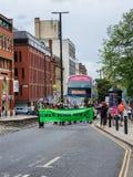 LEEDS UK - 1ST JUNI 2019: En grupp av personer som protesterar rymmer upp trafik som protesterar om klimatf?r?ndring i Leeds stad royaltyfri bild