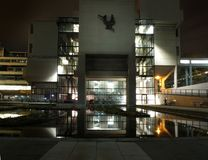 Leeds, united Kingdom - 13 november 2018: The Roger Stevens building in Leeds University in West Yorkshire a 1960s concrete. Brutalist building taken at night royalty free stock photos