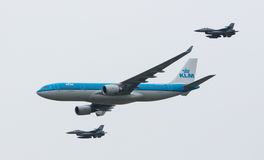 LEEEUWARDEN, ΚΑΤΩ ΧΏΡΕΣ - 11 ΙΟΥΝΊΟΥ 2016: Ολλανδικό KLM Boeing escorte Στοκ φωτογραφία με δικαίωμα ελεύθερης χρήσης
