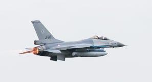 LEEEUWARDEN, ΟΙ ΚΑΤΩ ΧΏΡΕΣ - 11 ΙΟΥΝΊΟΥ 2016: Ολλανδικό πολεμικό αεροσκάφος F-16 j Στοκ Φωτογραφίες