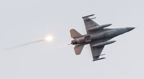 LEEEUWARDEN, ΟΙ ΚΑΤΩ ΧΏΡΕΣ - 11 ΙΟΥΝΊΟΥ 2016: Ολλανδικό πολεμικό αεροσκάφος F-16 j Στοκ εικόνες με δικαίωμα ελεύθερης χρήσης