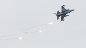 LEEEUWARDEN, ΟΙ ΚΑΤΩ ΧΏΡΕΣ - 11 ΙΟΥΝΊΟΥ 2016: Ολλανδικό πολεμικό αεροσκάφος F-16 j στοκ εικόνες
