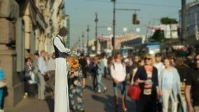 Leef beeldhouwwerk op de straat van St. Petersburg stock videobeelden