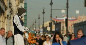 Leef beeldhouwwerk op de straat van St. Petersburg stock video