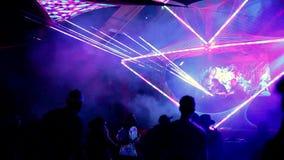 Leef de prestaties van DJ tijdens een muziekfestival stock video