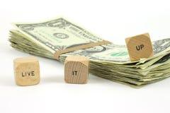 Leef het omhoog hout dobbelen met contant geld Royalty-vrije Stock Fotografie