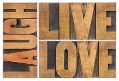 Leef, houd van, lach in houten type stock fotografie